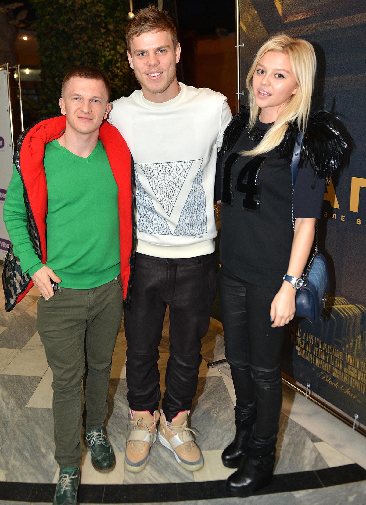 Александр Кокорин со своей девушкой Дарьей Валитовой и генеральным директором Black Star Пашу на премьере фильма «Капсула» 10 декабря