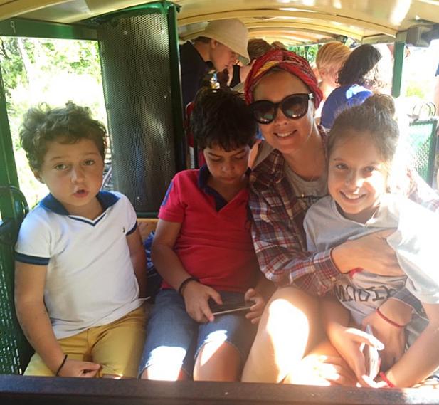 Виктория Манасир с детьми