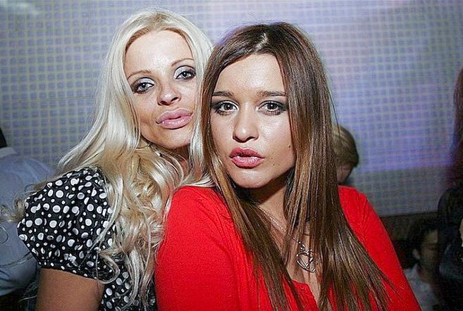 Ксения Бородина (справа)