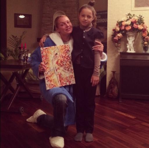 Дочь Ариадна преподнесла с утра маме в подарок картину с изображением балерины