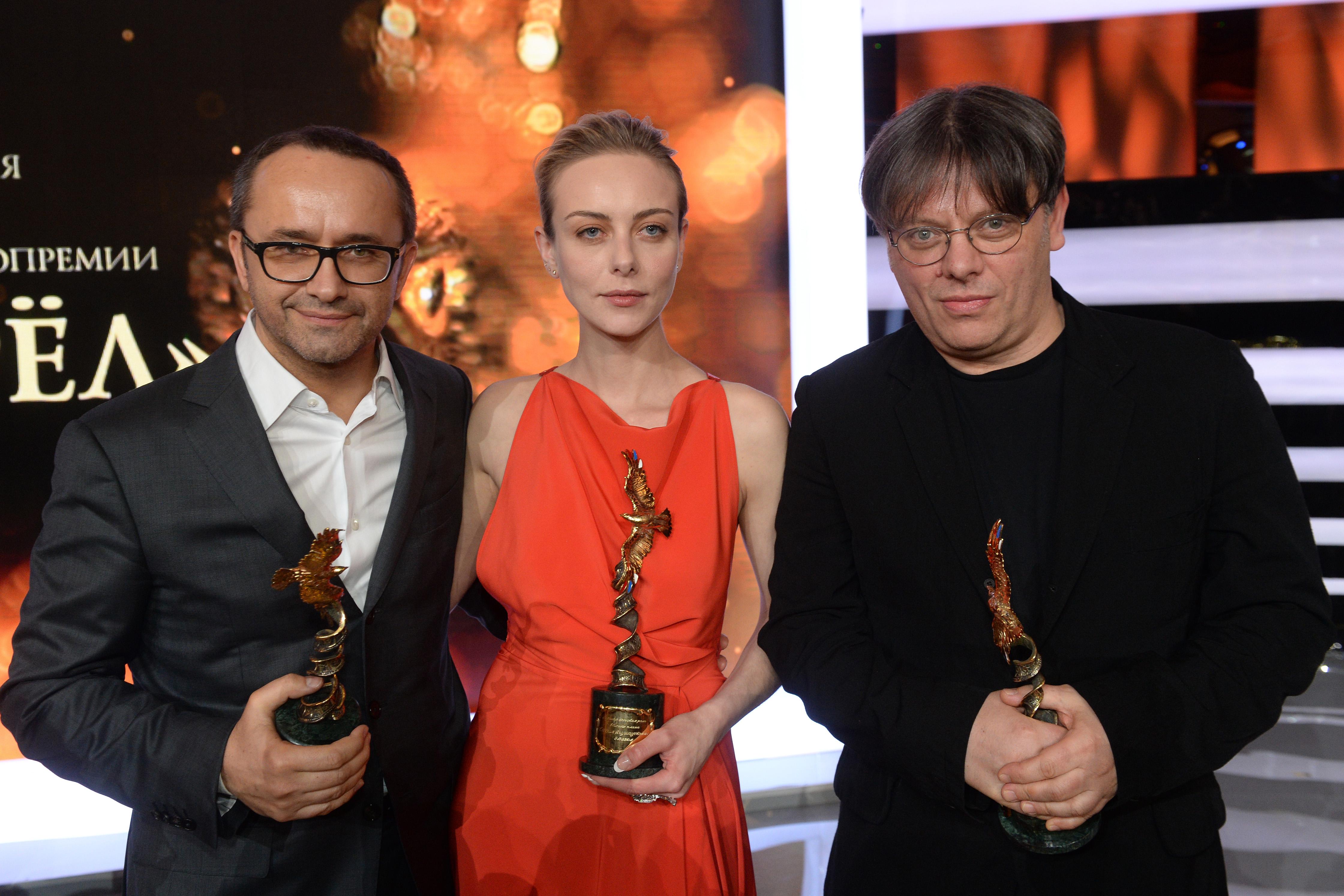 Режиссеры Андрей Звягинцев (слева) и Валерий Тодоровский (справа) вместе с актрисой Северией Янушаускайте