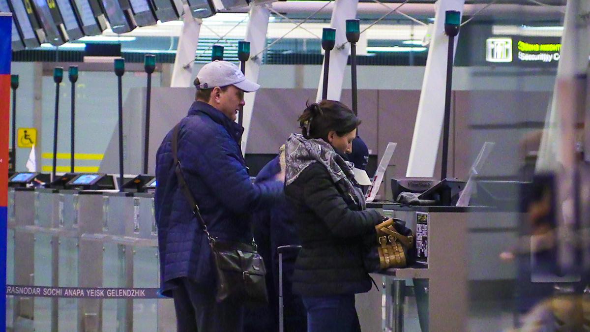 В аэропорту парочка старалсь скрыть свои чувства от посторонних