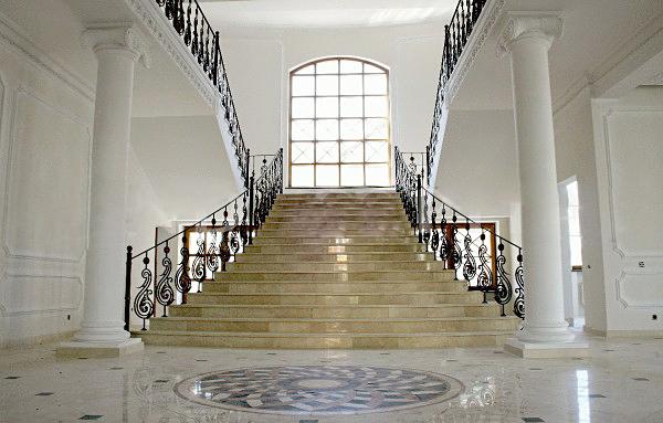 Холл в таком же доме как у Анастасии Волочковой