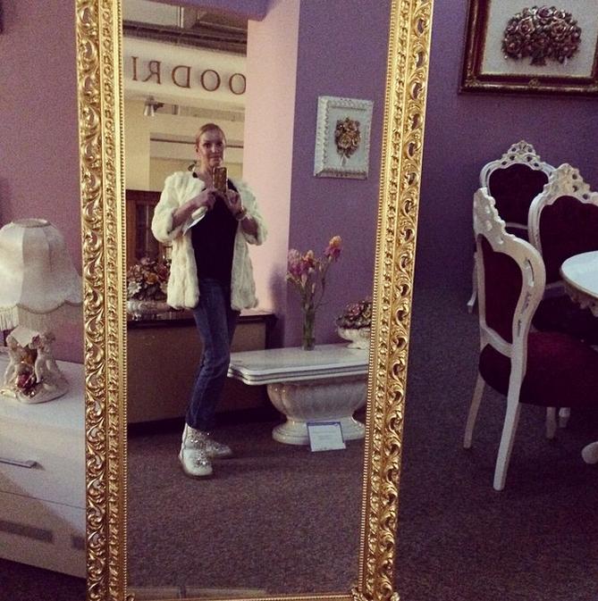 Анастасия не жалеет денег на предметы интерьера в новый дом
