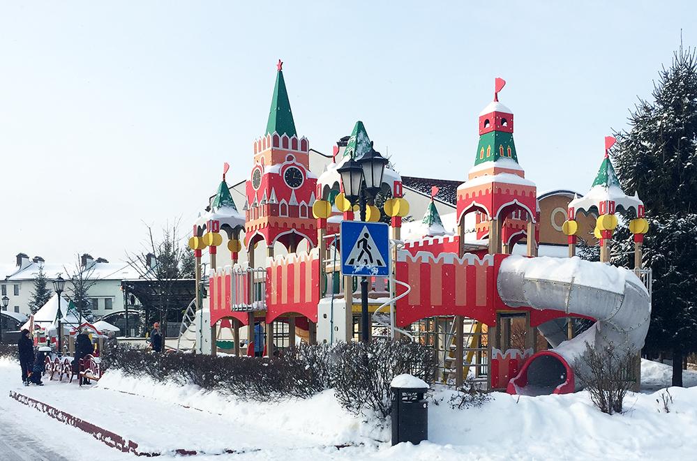 Детская площадка в виде Кремля в коттеджном поселке, где теперь живет балерина
