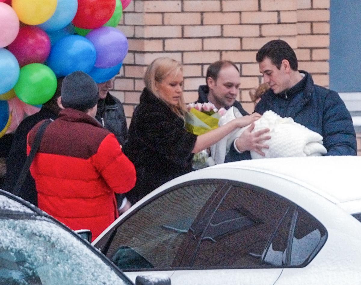 Дмитрий Дюжев и супругой Татьяной и новорожденным сыном