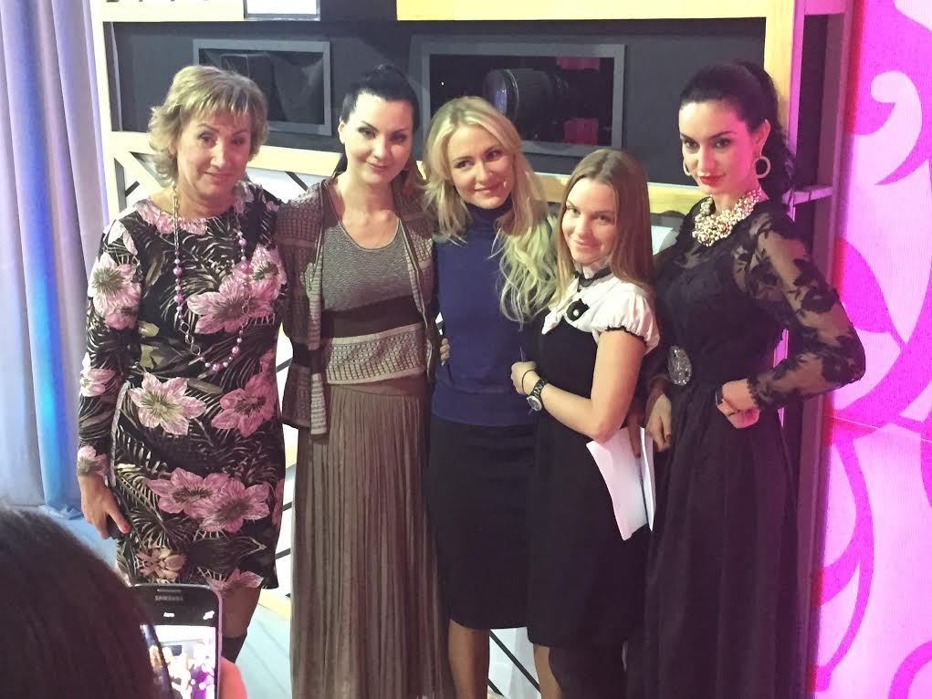 Лариса Копенкина (крайняя слева),Екатерина Гордон и Екатерина Сафронова (в центре)
