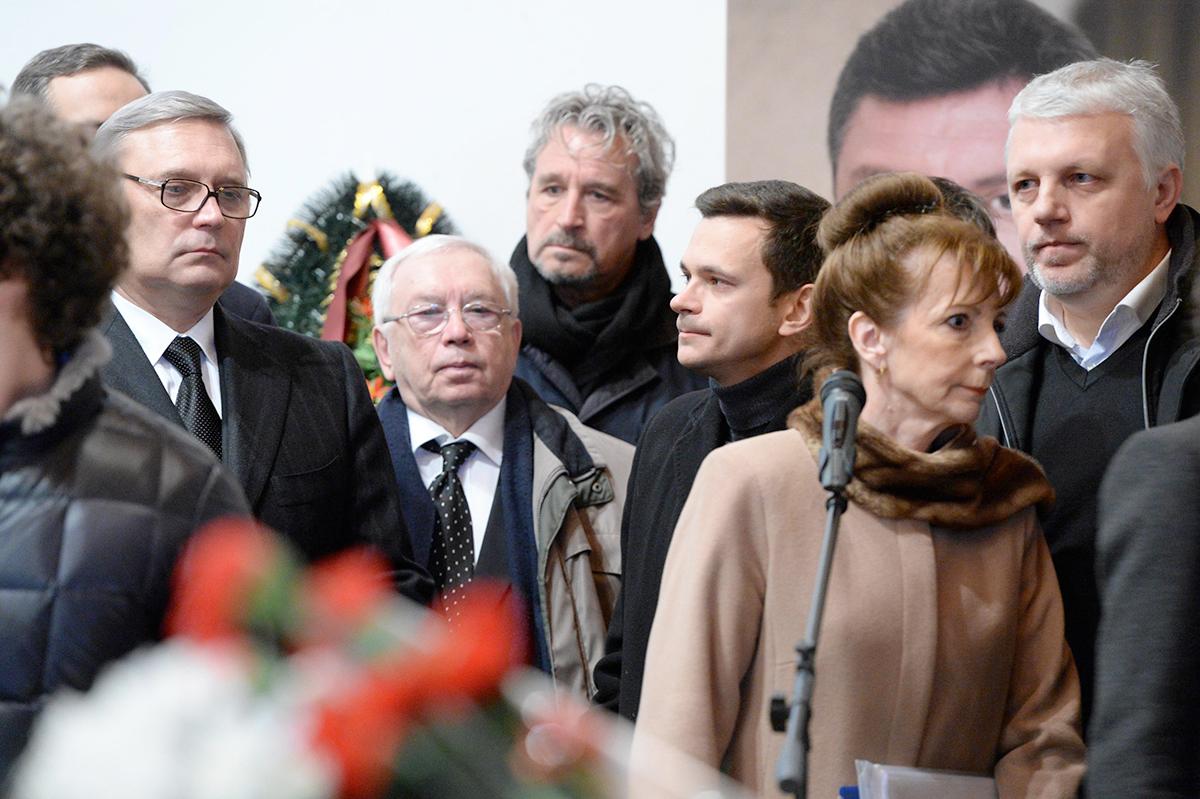 Российский общественно-политический деятель Михаил Касьянов (слева), политик Владимир Лукин, Илья Яшин и тележурналист Павел Шеремет (справа)