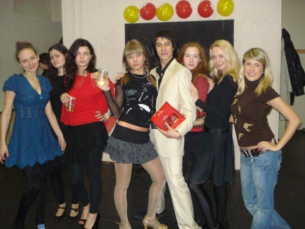 Алла Михеева (четвертая слева) в компании друзей