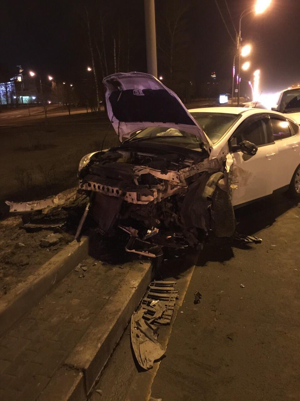 Автомобиль Павла Лазарева после рокового ДТП на Кутузовском проспекте