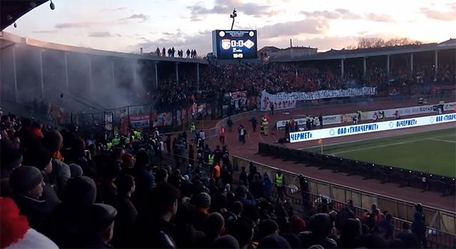 Один из болельщиков «Арсенала» снял на мобильный телефон, как фанаты гостей забрались на крышу южной трибуны стадиона.