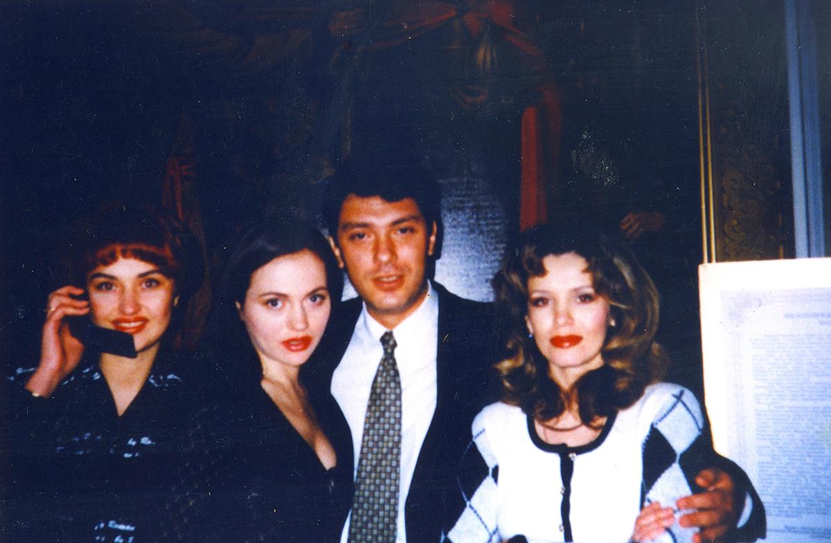 Немногочисленные совместные фотографии с Борисом Немцовым напоминают Анне о большой любви