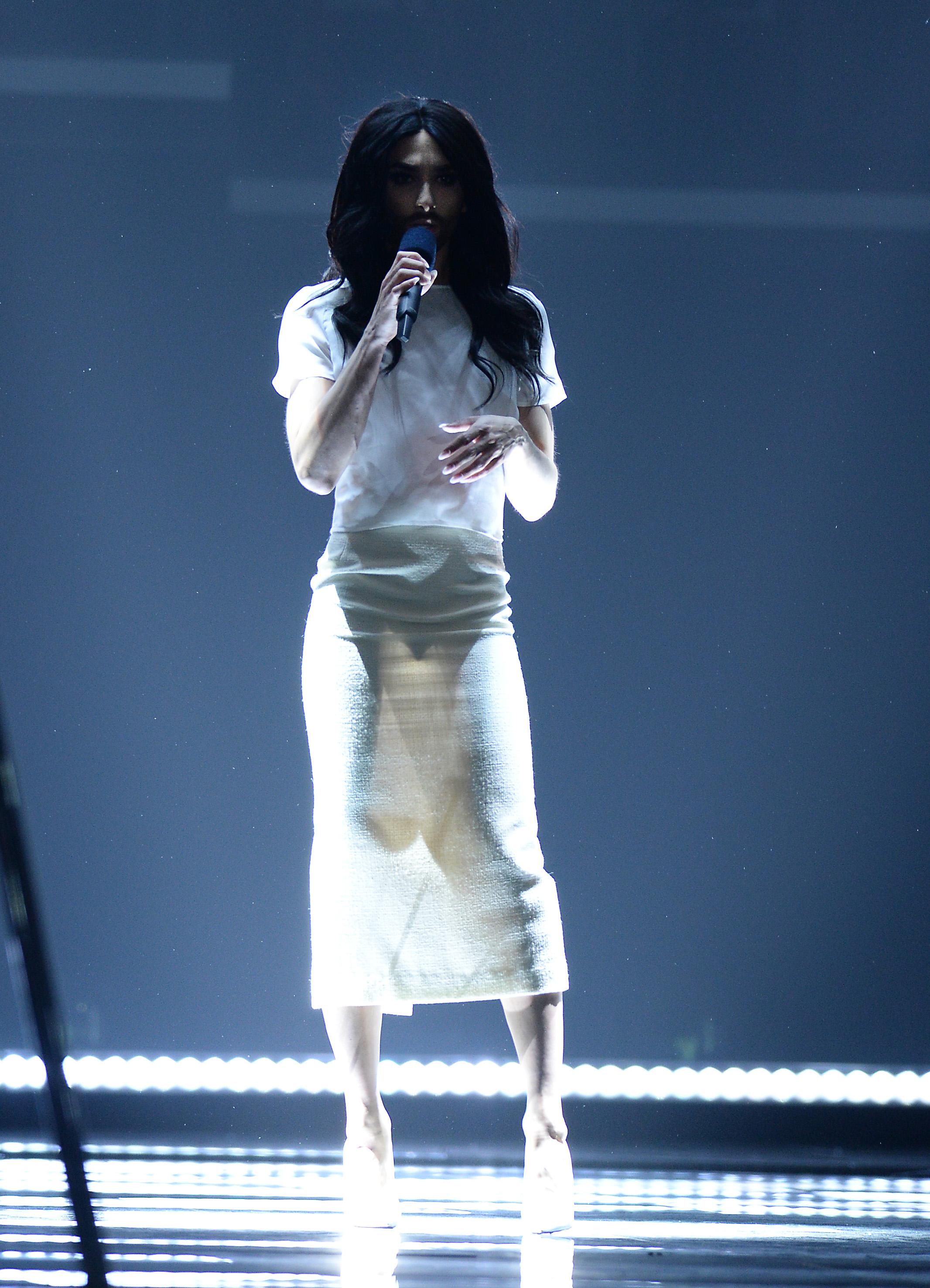 Кончита просвечивает платье