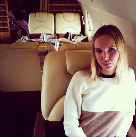 На шопинг в Париж блондинку доставляет частный самолет
