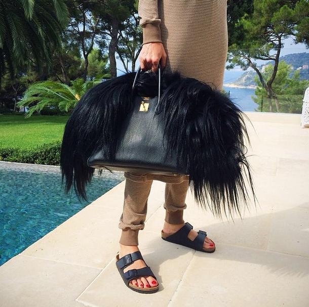 С сумкой Birkin стоимостью 12 тысяч долларов Илона ходит на пляж