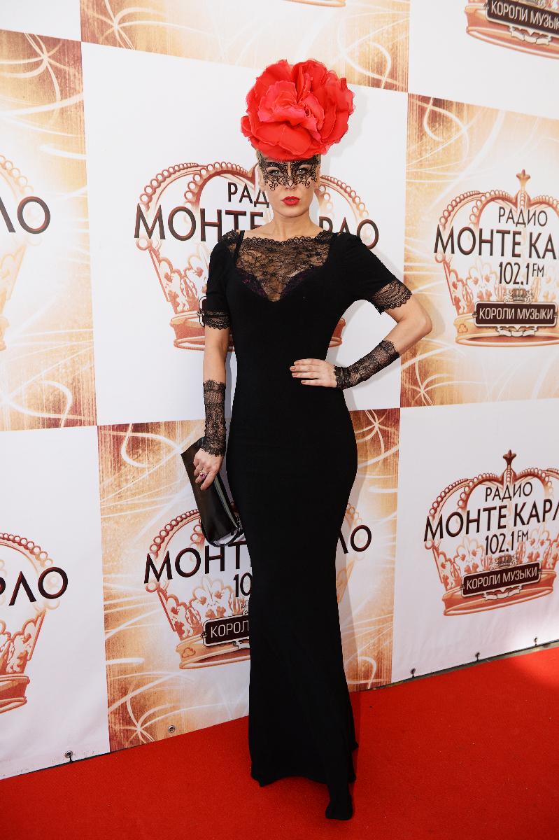 Певица Татьяна Терешина в нелепой шляпке-розе