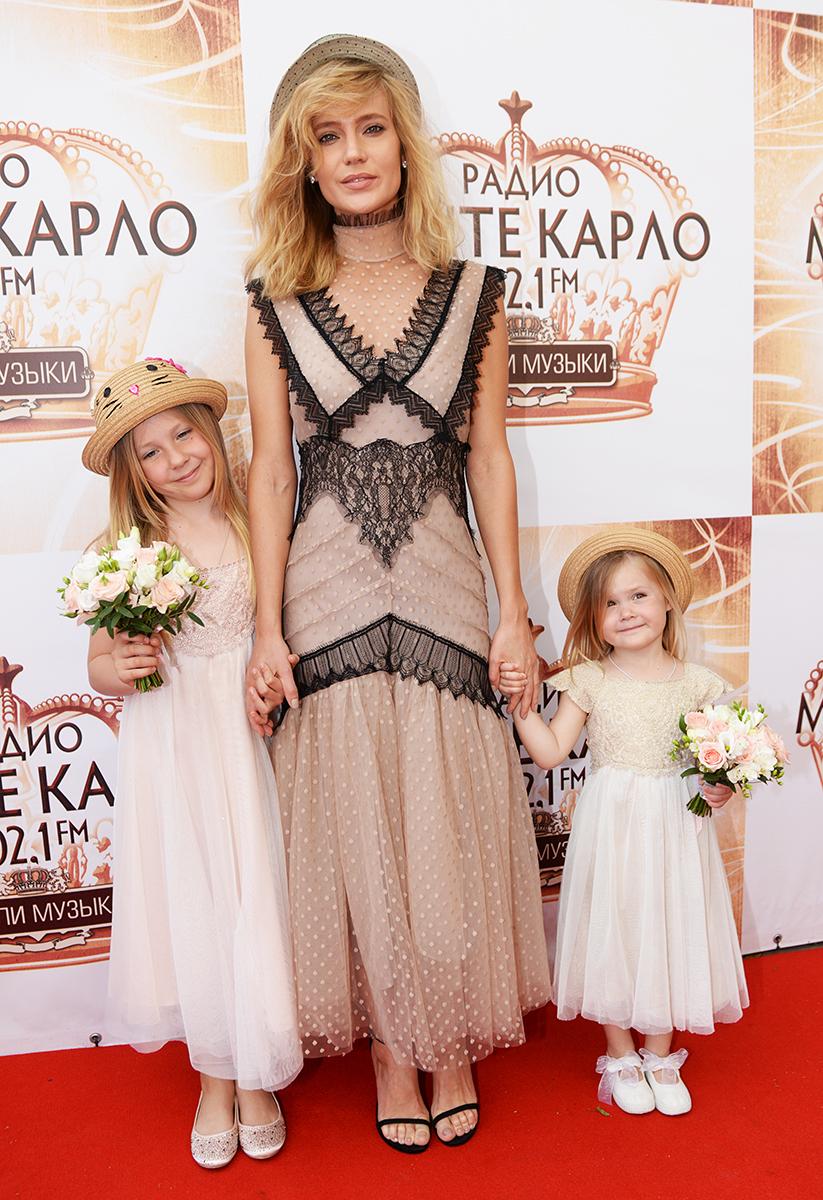 Певица Наталья Ионова с дочерьми Лидией и Верой