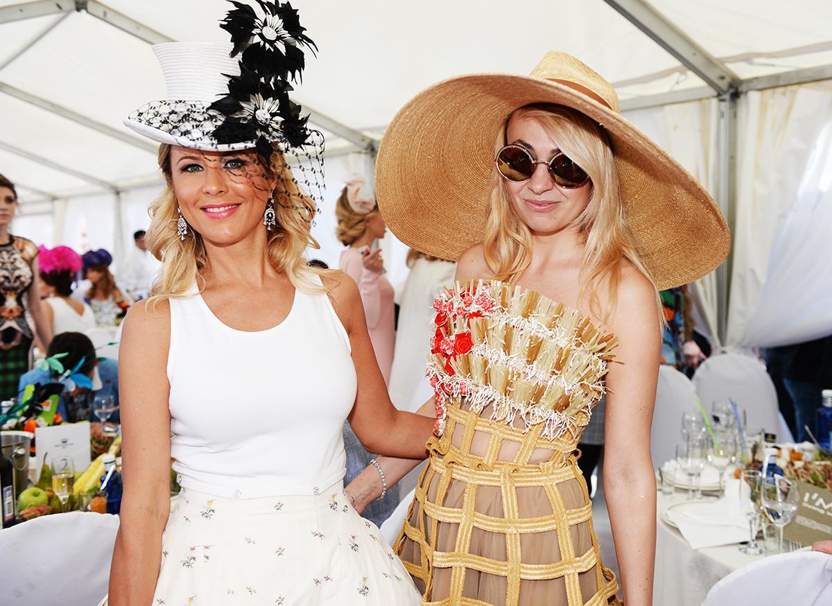 Продюсер Яна Рудковская решила удивить всех не расцветкой шляпки, а ее гигантскими размерами