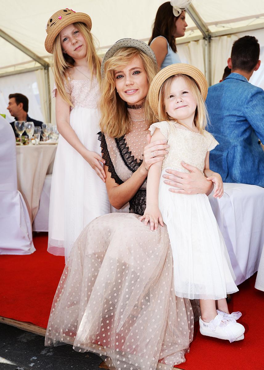 Наталья Ионова и ее дочери выбрали аккуратные плетеные шляпки-канотье