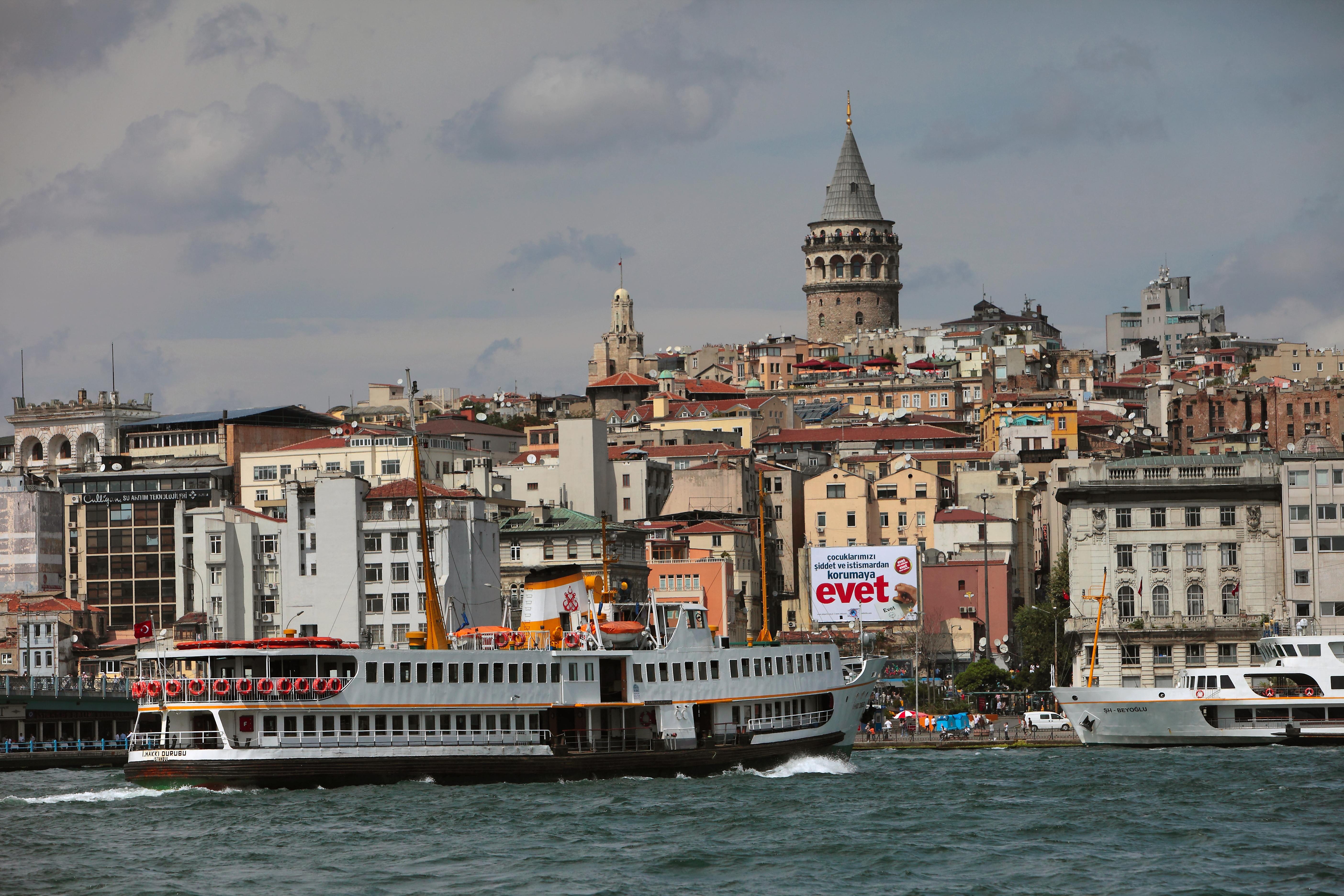 Вид на Стамбул через пролив Босфор (фото: РИА, Р. Кривобок)