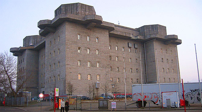 "<p>Фото: &copy; <a href=""https://commons.wikimedia.org/wiki/File:Flakbunker-Heiligengeistfeld-Hamburg.jpg"">Wikimedia Commons</a></p>"