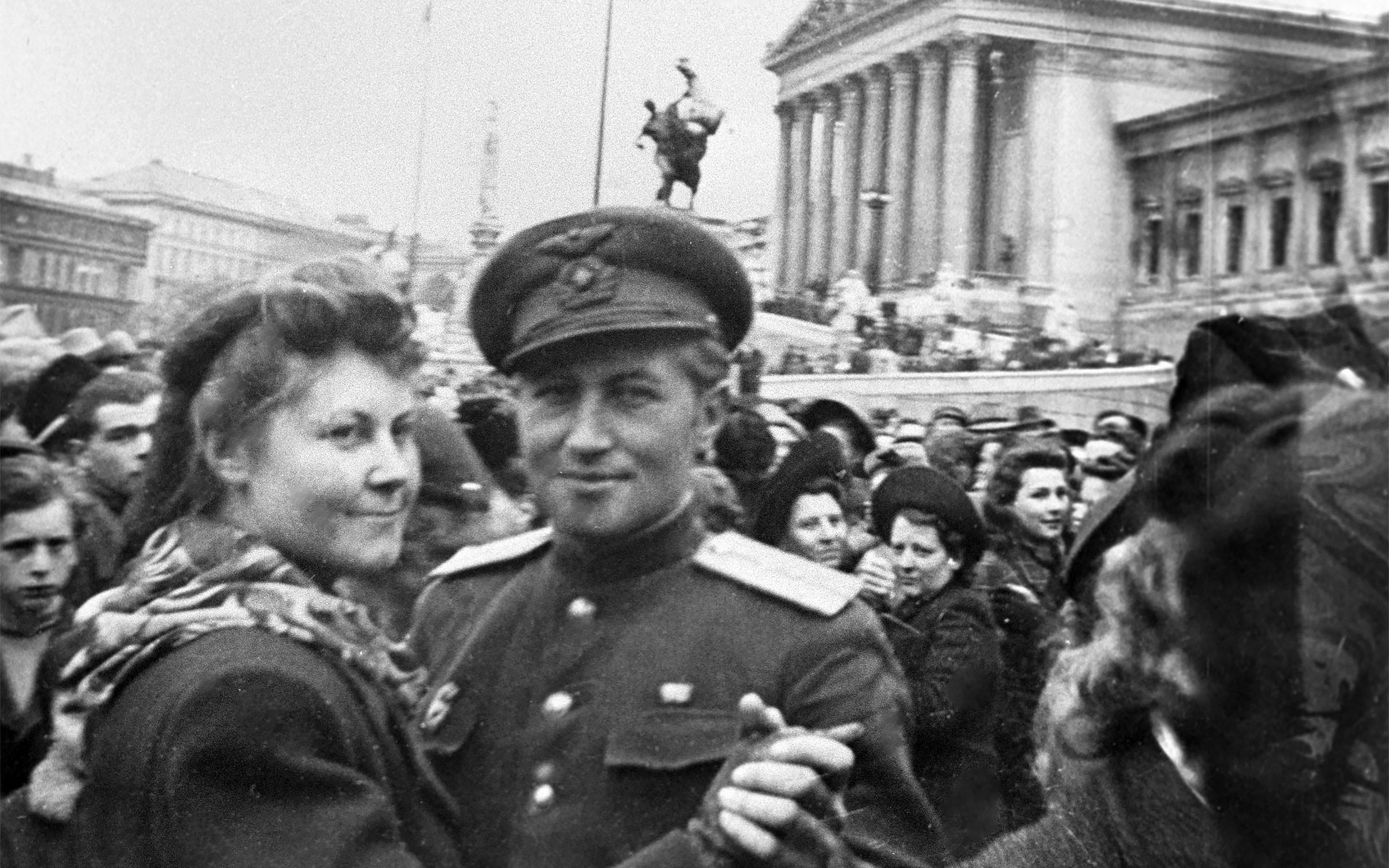 <p>Австрийская девушка и советский офицер танцуют на улицах Вены после освобождения. Фото: &copy; РИА Новости/Анатолий Григорьев</p>