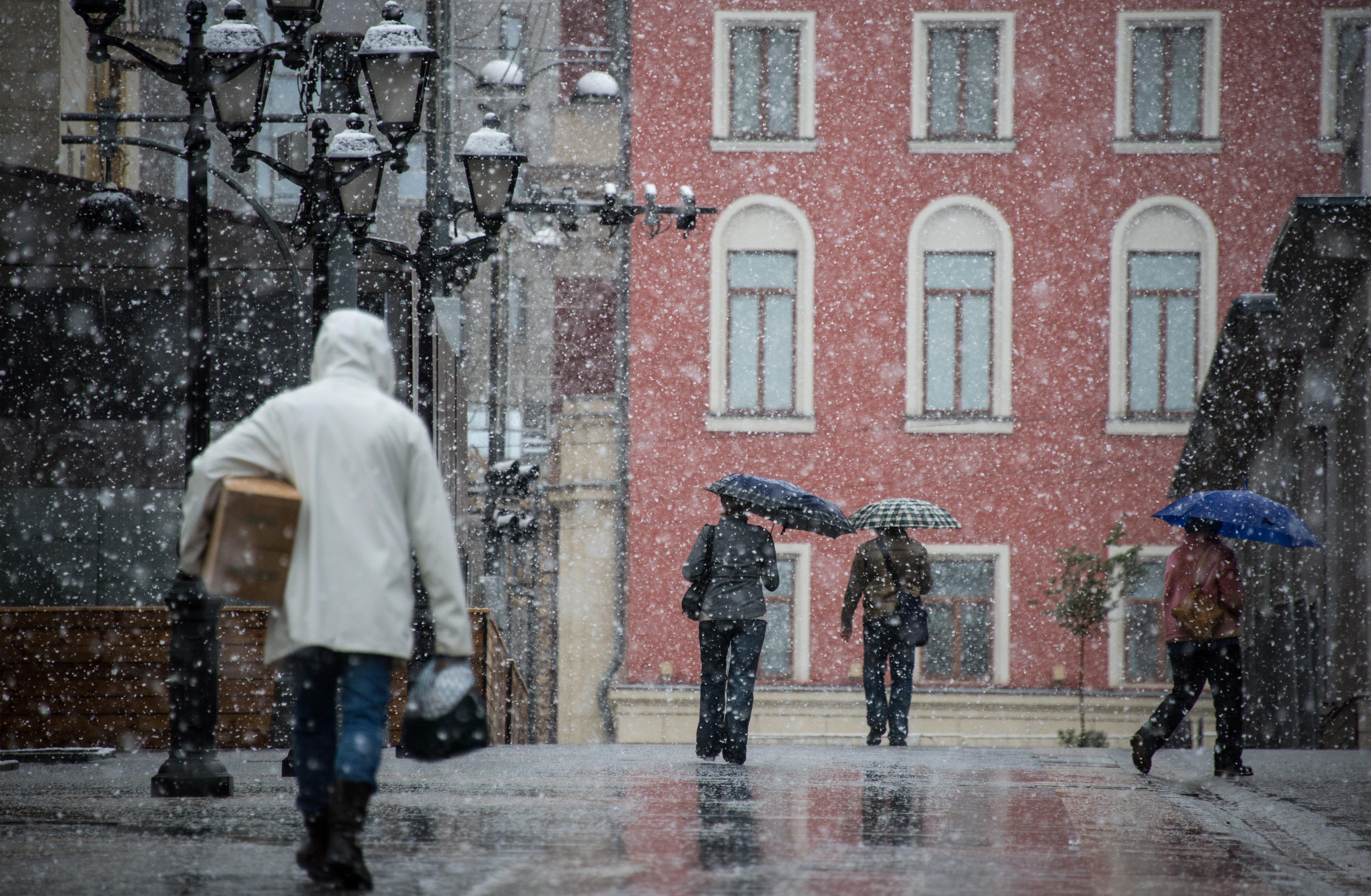 <p><span>Прохожие во время майского снегопада на Ленинском проспекте в Москве.&nbsp;</span>Фото: &copy; РИА Новости/Максим Блинов</p>