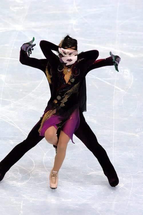 """Наталия: """"У пары Делобель — Шонфельдер была очень интересная программа """"Карнавал"""". Мы придумали интересный ход — перчатки с разными сторонами ладоней. Получались маски""""."""