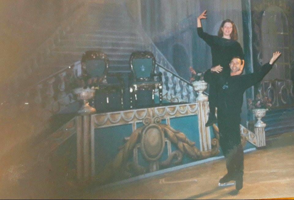"""Фото из личного архива Наталии Большаковой. Наталия на фоне своих декораций для спектакля """"Спящая красавица"""". Наталия: """"Это рабочий момент монтажа декораций. Дурачимся с солистом театра, исполнителем роли принца Валерием Спиридоновым. Он в коньках, а я — без. Умираю от страха"""""""
