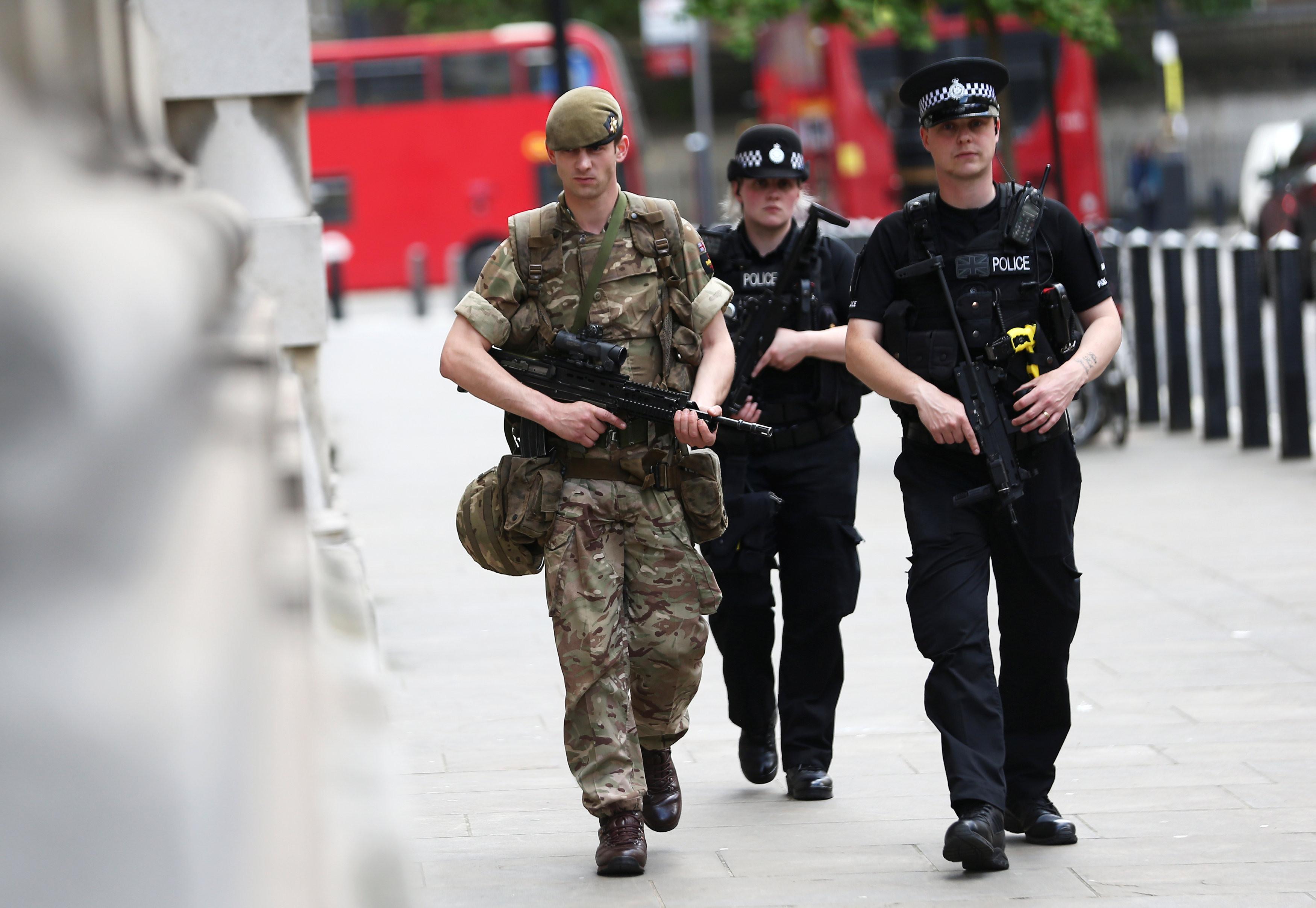 <p>Военнослужащий и полиция Лондона. Фото:&nbsp;<span>REUTERS/Neil Hall</span></p>