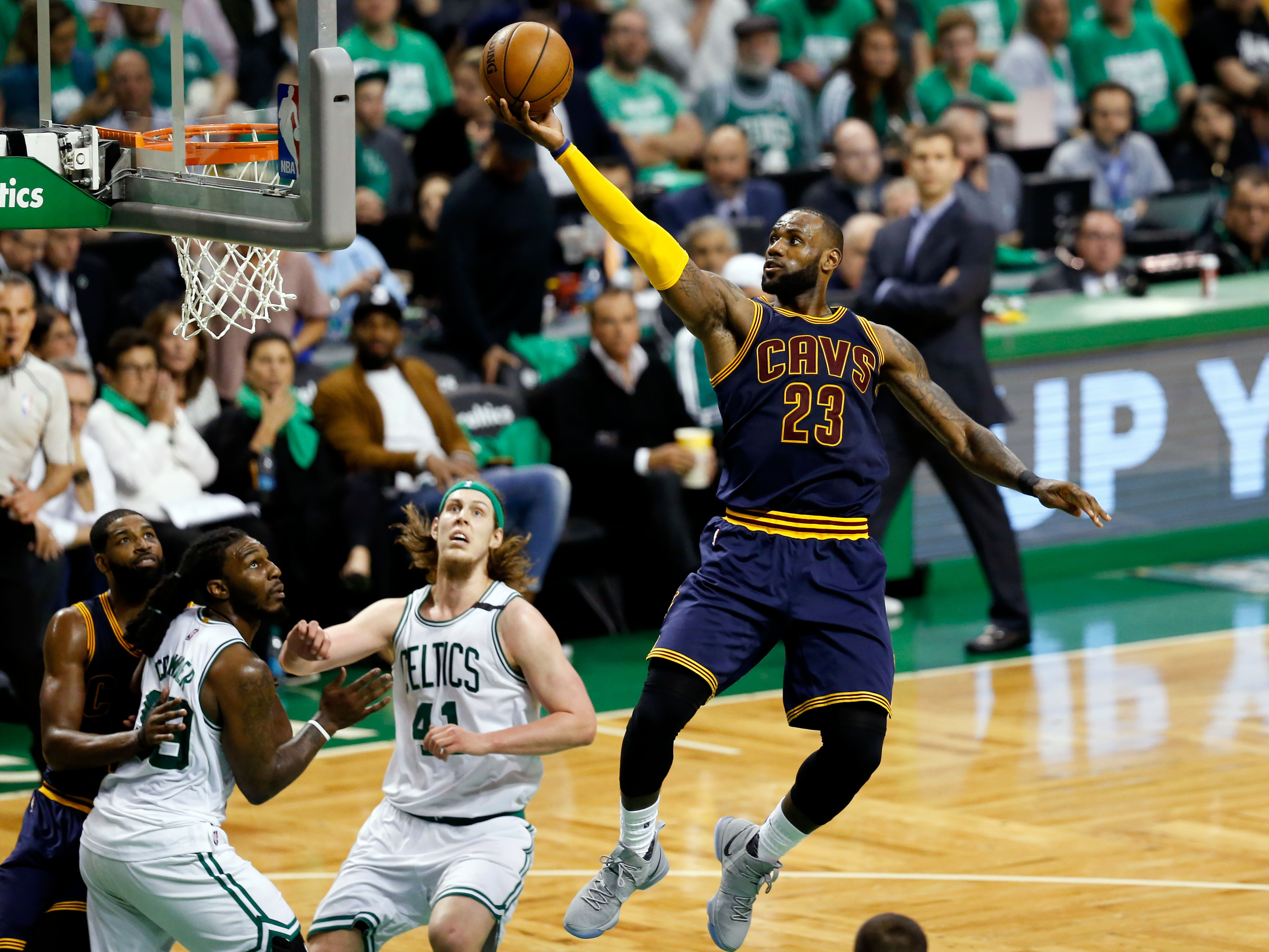 <p>Леброн Джеймс (на снимке справа). Фото: &copy;&nbsp;<span>Greg M. Cooper/USA TODAY Sports/REUTERS</span></p>