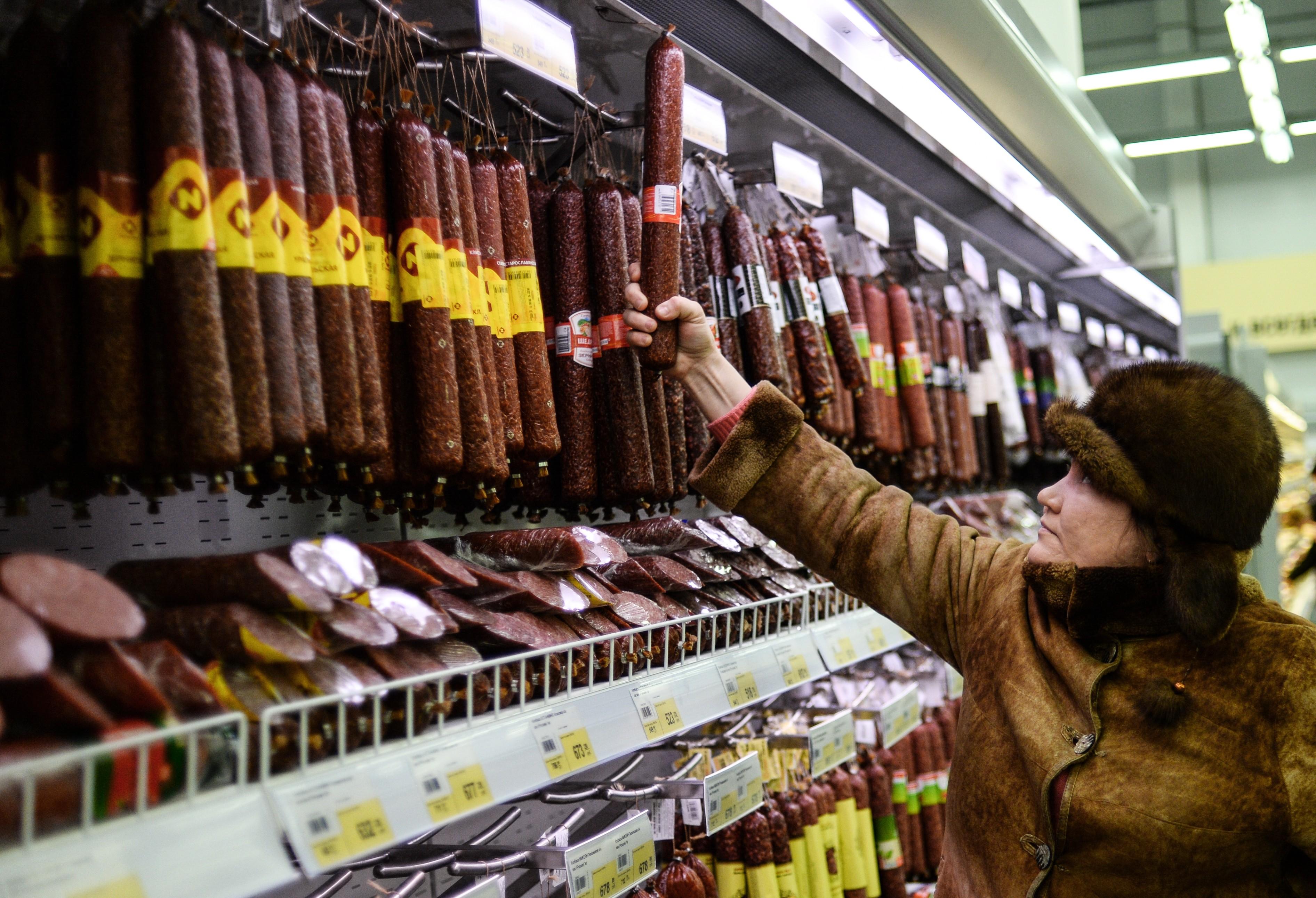 <p>Покупательница в одном из супермаркетов Великого Новгорода. Фото: &copy;РИА Новости/Константин Чалабов</p>