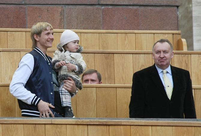 Роман Павлюченко с дочерью и Владимир Федотов Фото:twitter.com