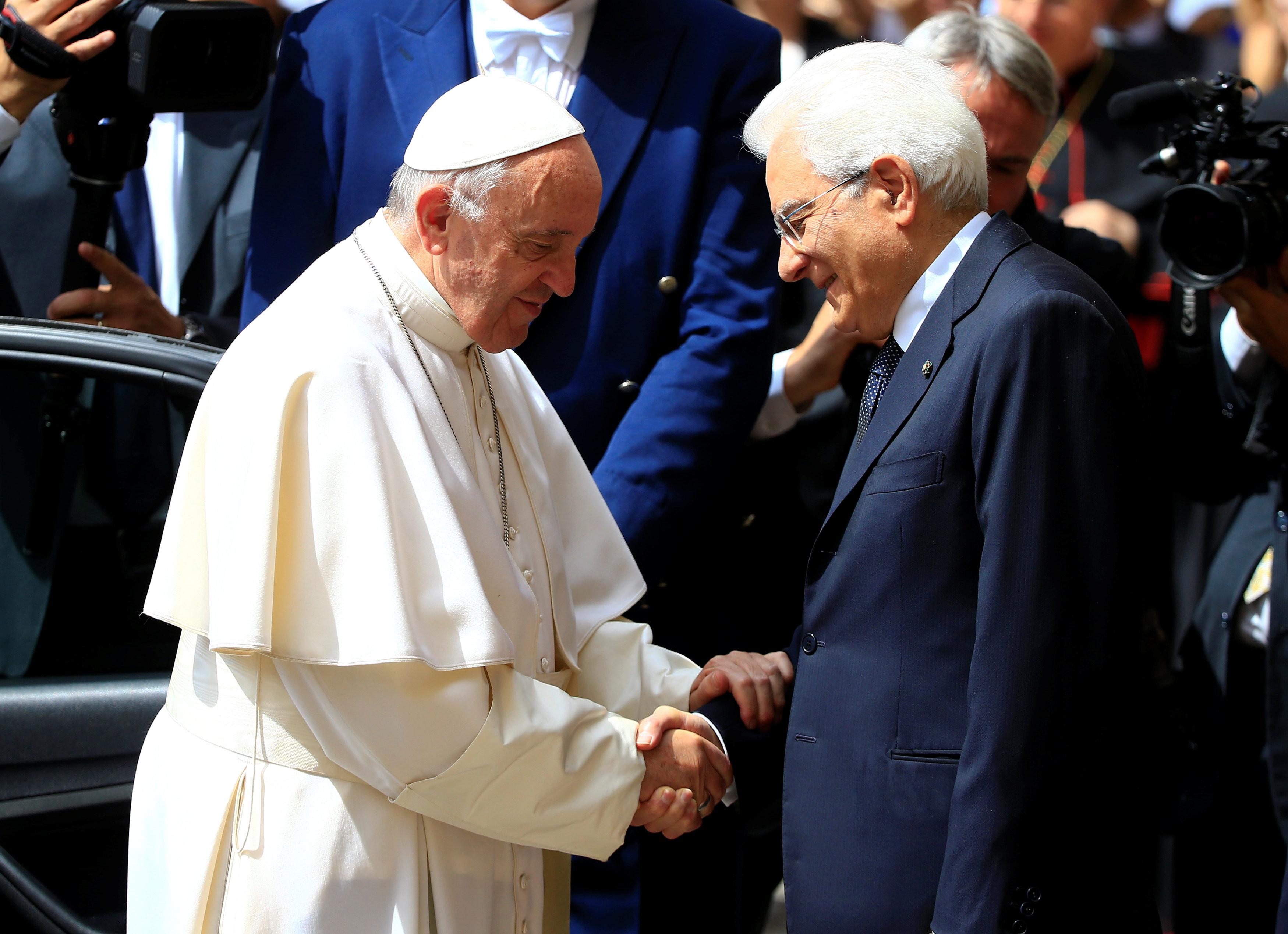 <p><span>Папа Франциск и президент Италии Серджо Маттарелла.&nbsp;</span>REUTERS/Tony Gentile</p>