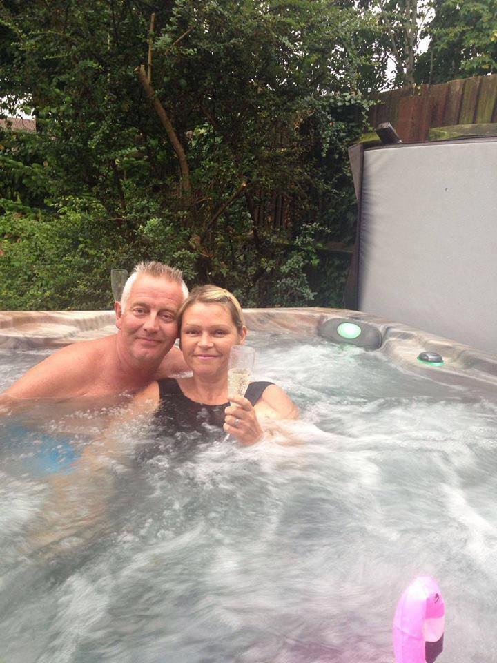Сара с мужем. Фото © Facebook/Sarah Lewis