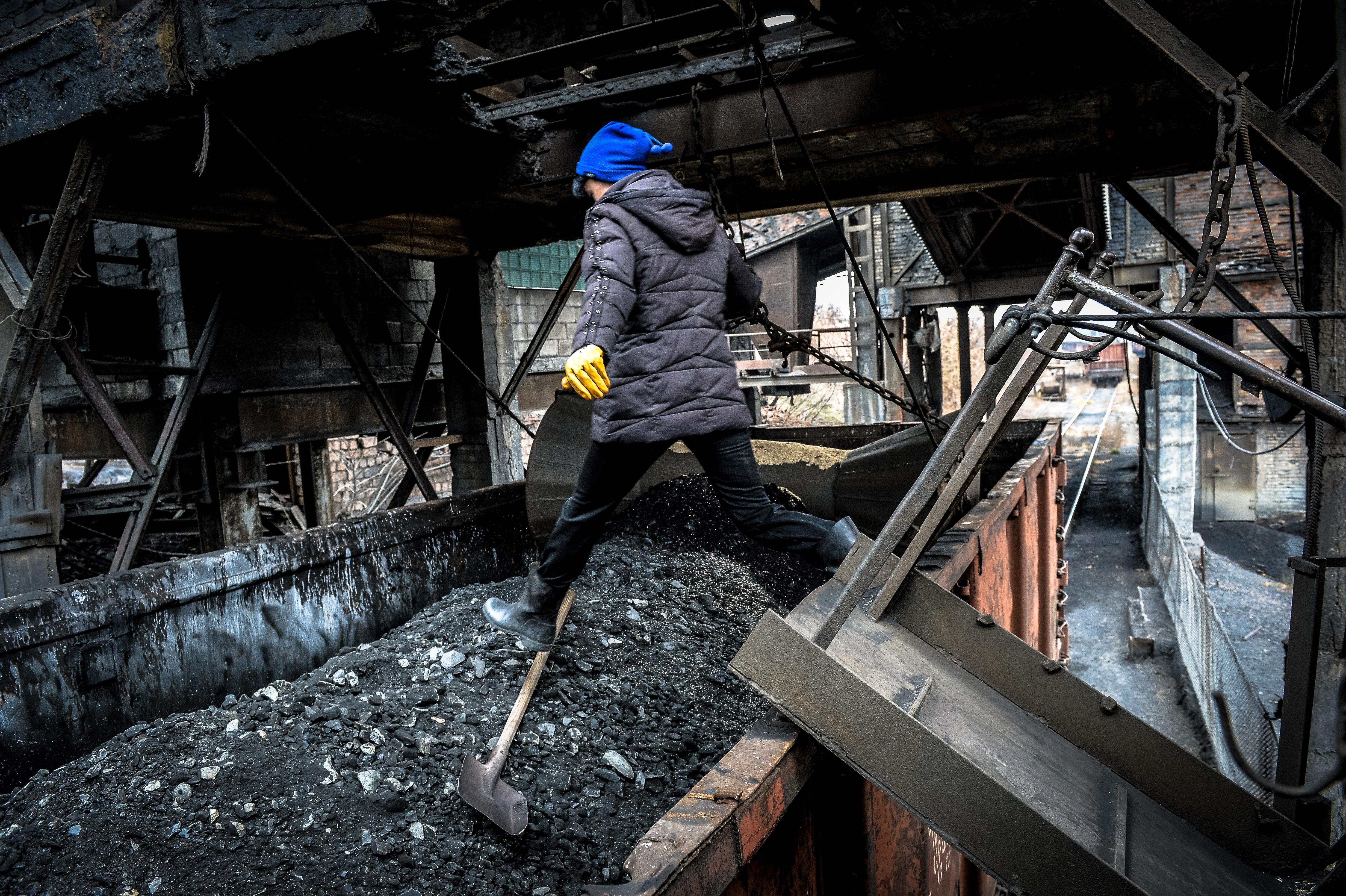 <p><span>Отгрузка угля в вагоны на шахте имени Челюскинцев в Донецке. Фото: &copy; РИА Новости/Алексей Куденко</span></p>