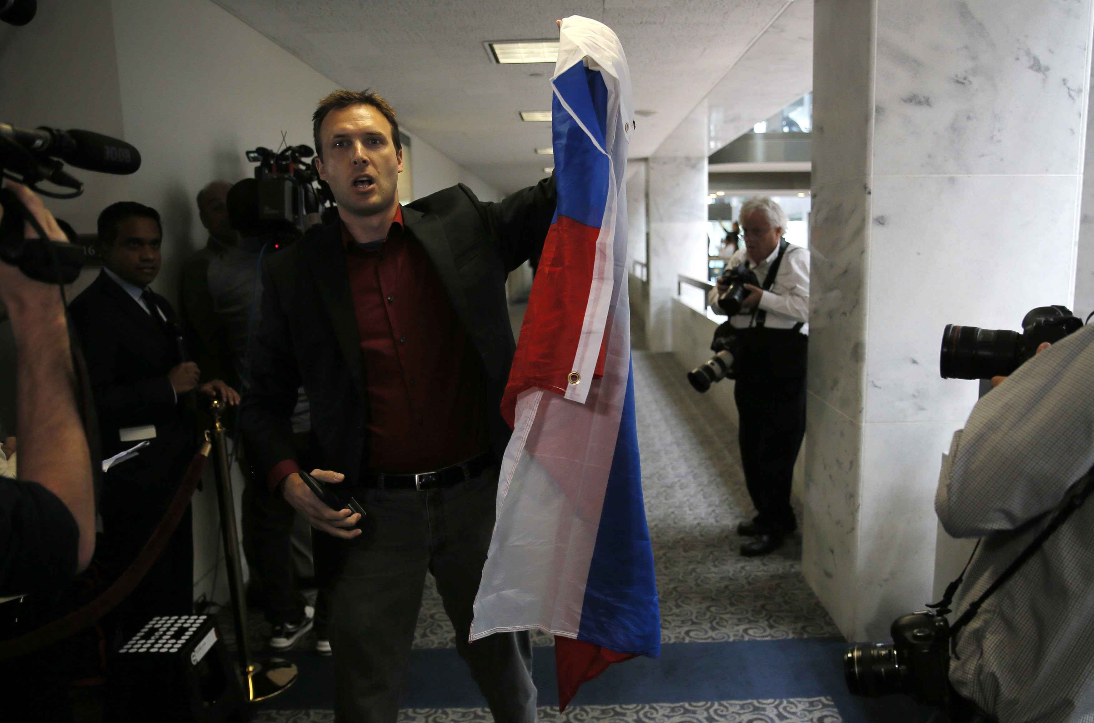 Мужчина, попросивший Джареда Кушнера подписать флаг России. Фото: © REUTERS/Jim Bourg