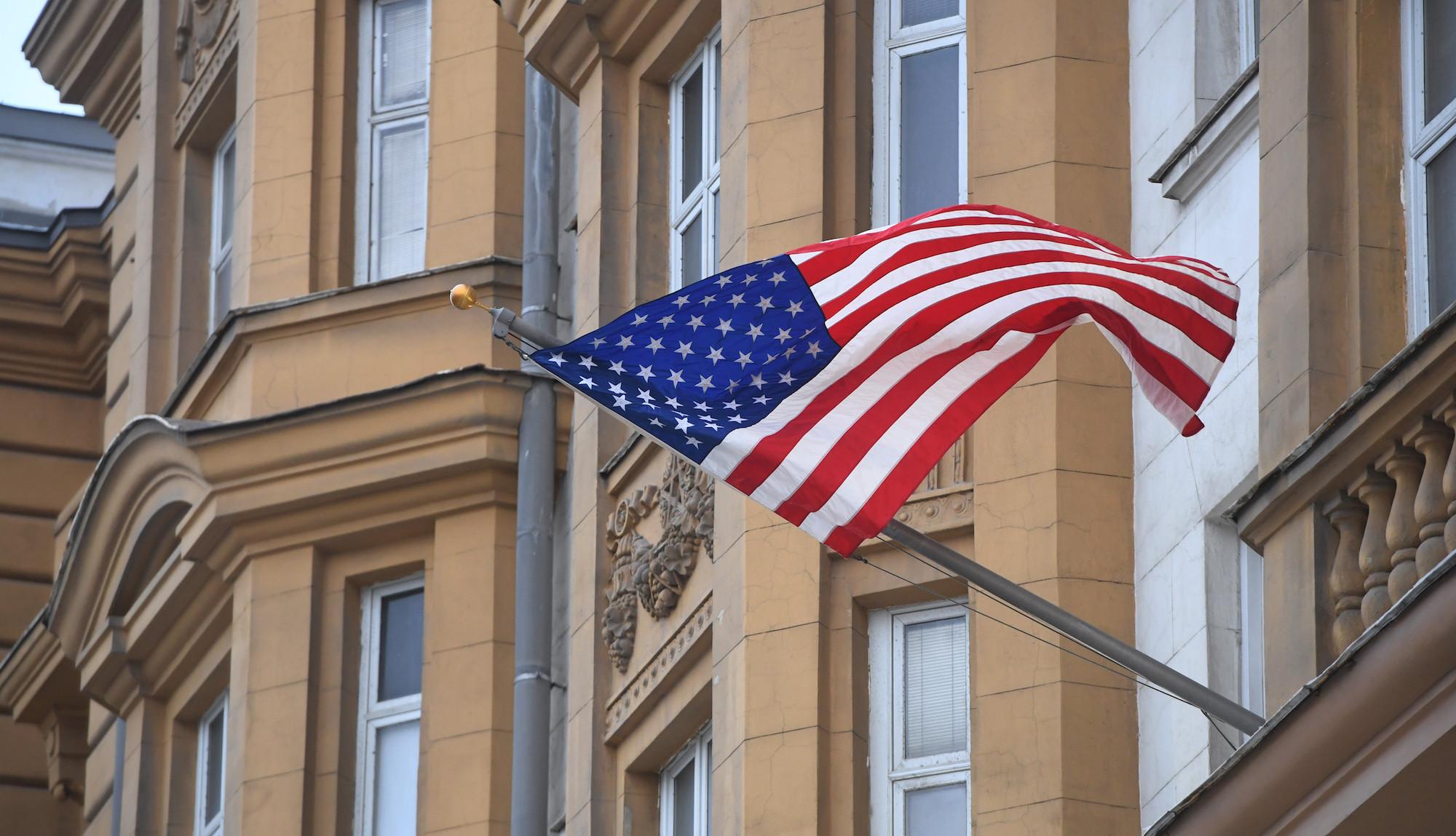 <p><span>Государственный флаг США на фасаде здания посольства США в Москве. Фото: &copy; РИА Новости/Илья Питалев</span></p>
