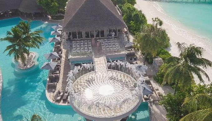 Отель на Мальдивах был празднично украшен специально в честь свадьбы российской певицы Фото: SUPER
