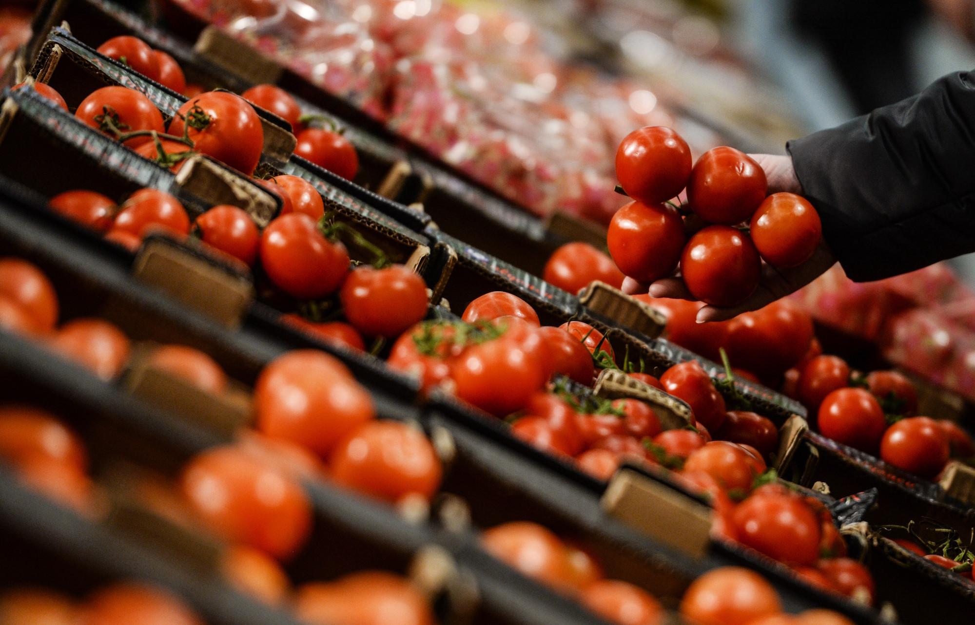 <p>Покупатель выбирает томаты в супермаркете. Фото: &copy; РИА Новости/Константин Чалабов</p>
