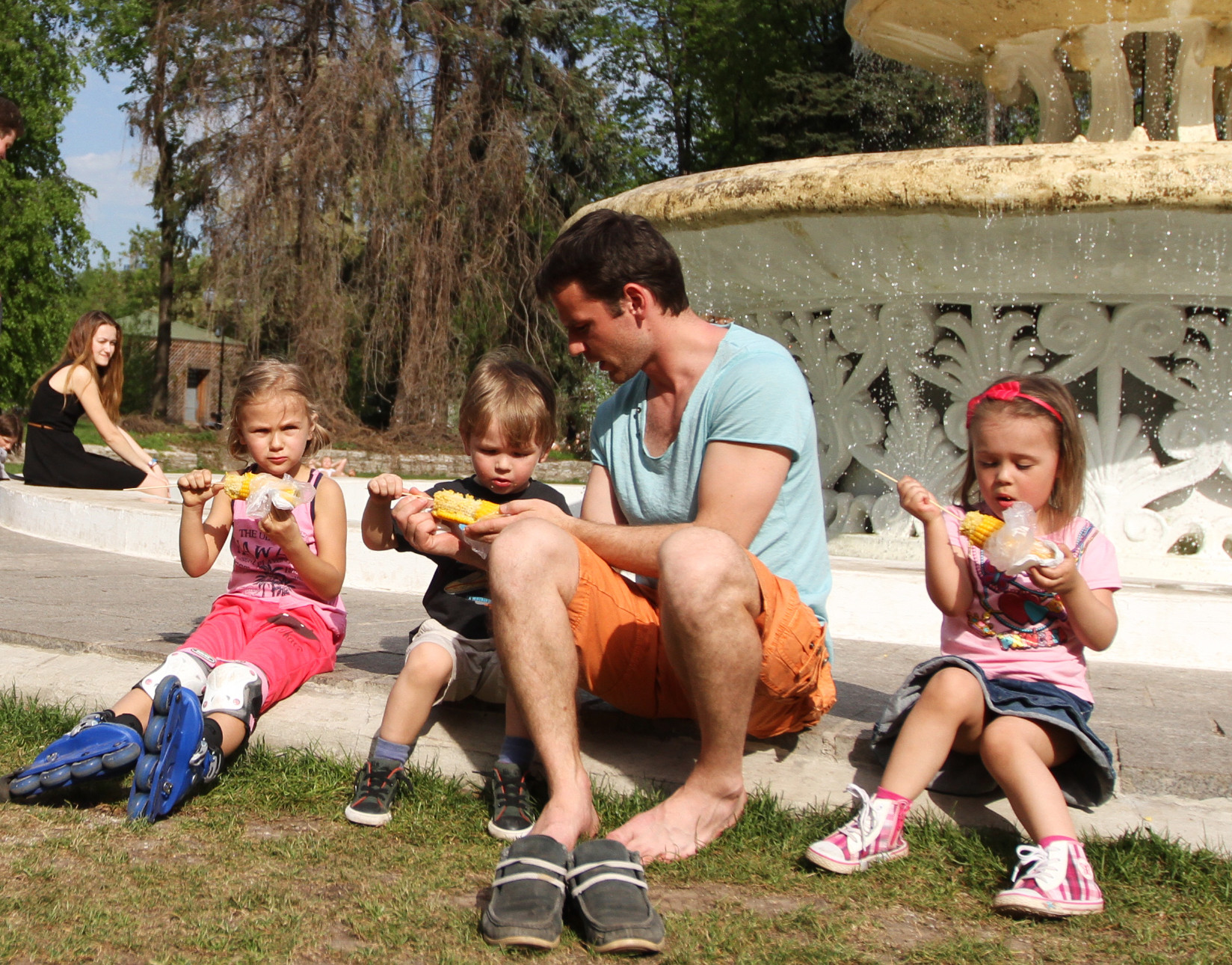 <p><span>Отец с детьми отдыхает в Парке Горького у фонтана.&nbsp;Фото: &copy; РИА Новости/Роман Балаев</span></p>
