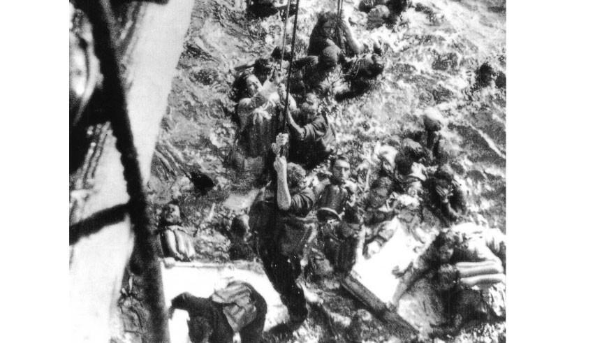 """Выжившие немецкие моряки с линкора """"Бисмарк"""" поднимаются на борт английского крейсера """"Дорсетшир"""". Фото: © wikipedia.org"""