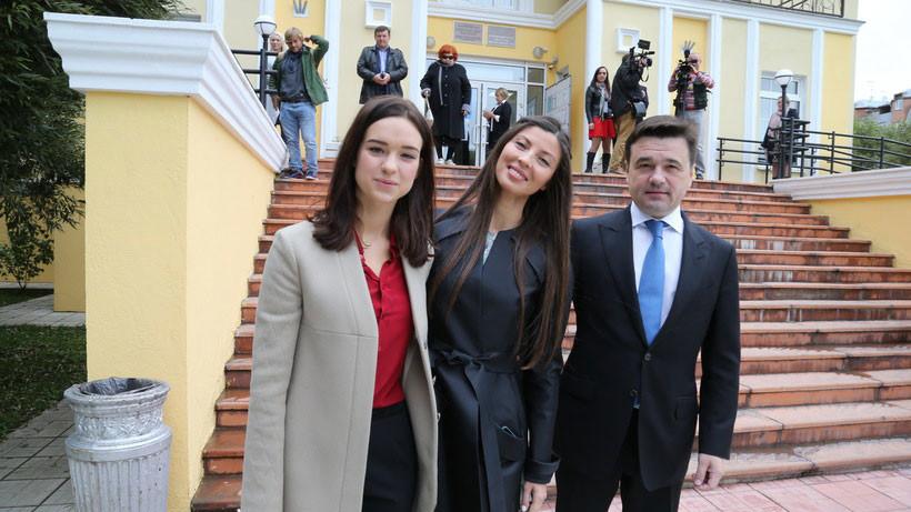 Андрей Воробьёв вместе с супругой и дочерью Екатериной (справа налево). Фото: © Пресс-служба Губернатора и Правительства МО