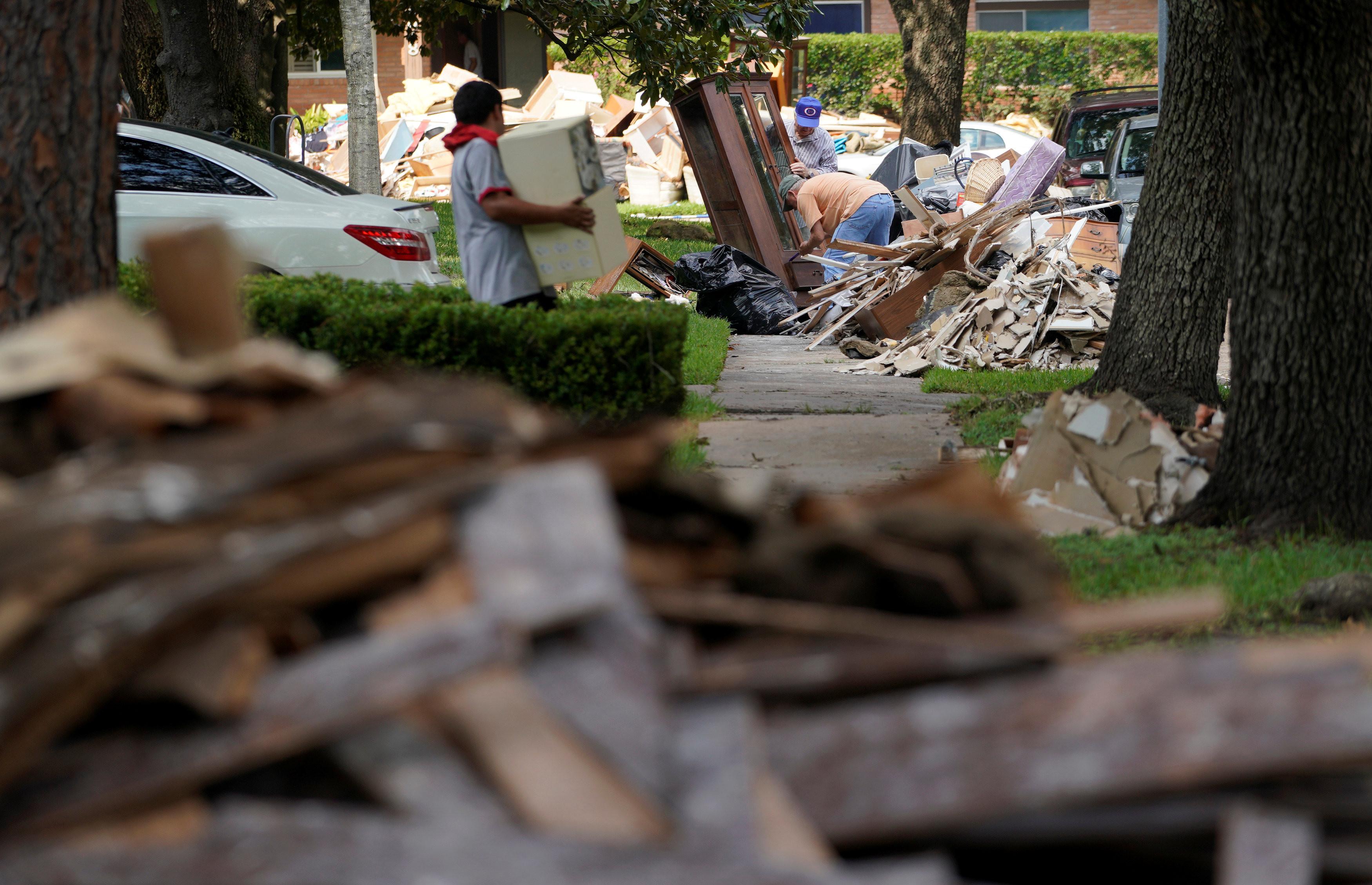 помощь после урагана харви фото химических медикаментозных