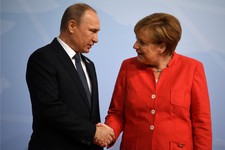 сурков и меркель фото собираются