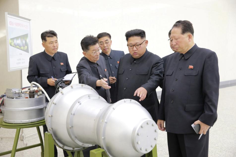 <p>Ким Чен Ын во время визита в Институт ядерного оружия. Фото: &copy; KCNA/REUTERS</p>