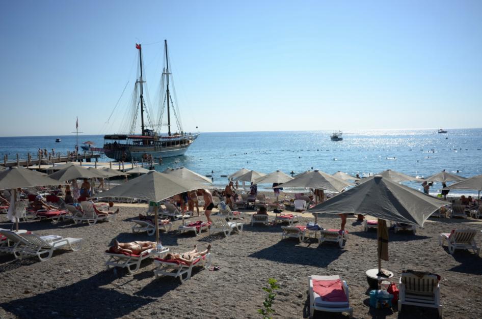 <p>Пляж одного из отелей в Анталье. Фото: &copy;РИА Новости/Владимир Вяткин</p>