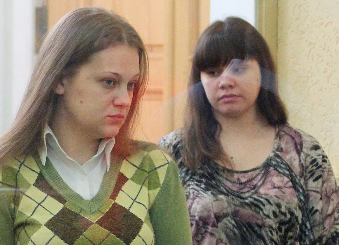 <p><span>Анастасия Синельник (слева) и Виктория Таривердиева, обвиняемые в бандитизме и убийствах, во время судебного заседания в Ростовском областном суде.&nbsp;</span>Фото &copy; РИА Новости/ Федор Ларин</p>