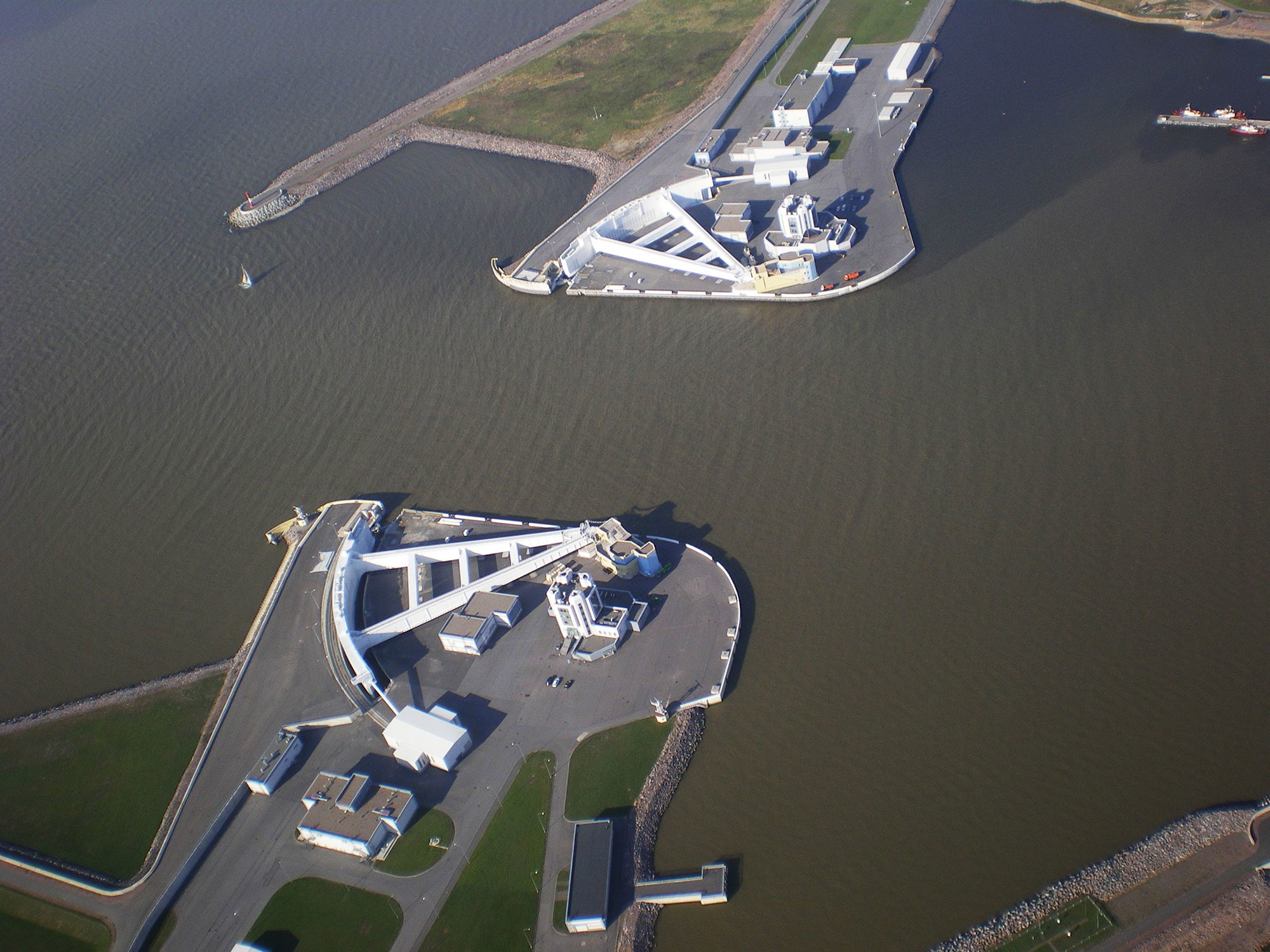 Судопропускное сооружение С-1 — часть комплекса защитных сооружений Санкт-Петербурга от наводнений, предназначенная для пропуска судов водоизмещением до 100 тысяч тонн. Фото: © Wikipedia.org