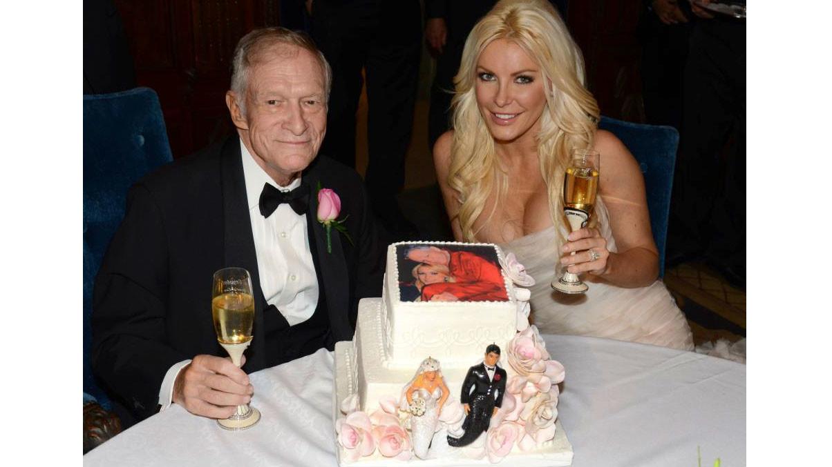 Хью Хефнер позирует со своей невестой Кристал Харрис на свадьбе в особняке. Фото: © REUTERS/Elayne Lodge